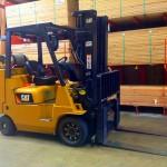 """Fotografia """"Caterpillar Forklift"""" od """"Mike Mozart"""" licencovaná pod CC BY 2.0."""